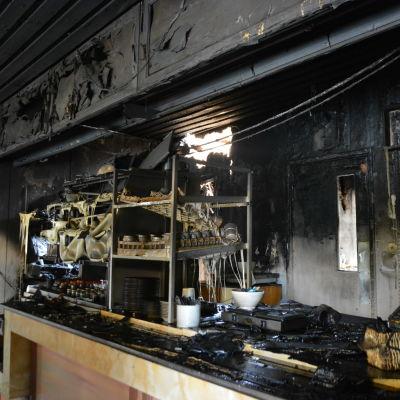 Av brand förstörd inredning vid bensinstation.