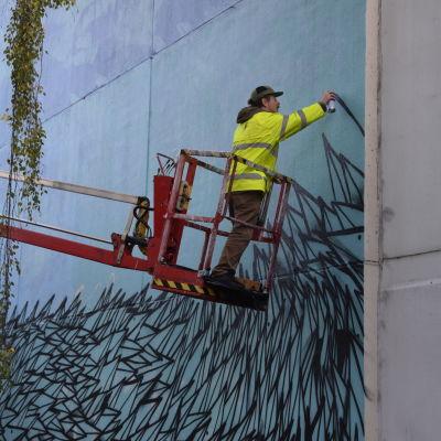 Målandet av muralen i Pojo.