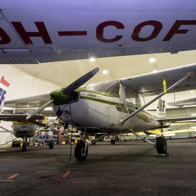 Lentokonehalli täynnä pienkoneita Malmin lentokentällä.