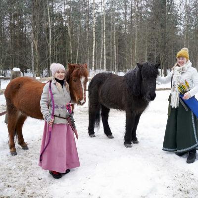 Viola Mäenpää och Rose-Marie Dahlström står bredvid två islandshästar (Rilla och Àma).