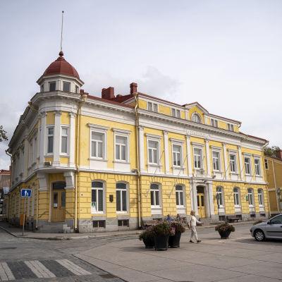 Ett gult hus i centrum av Ekenäs som är Ekenäs gamla stadshus.