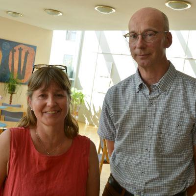Gitta Edström och Peter Sundqvist ser in i kameran och ler.