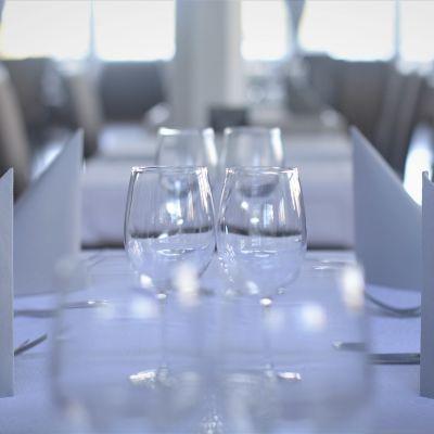 Tomma glas och tomma bord vid en restaurang,