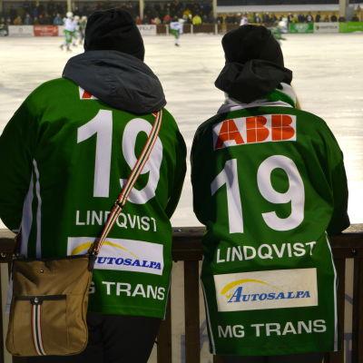 Nina och Nicola Fransas hejar på Borgå Akilles.