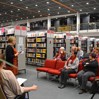 Publik som lyssnar på en talare.