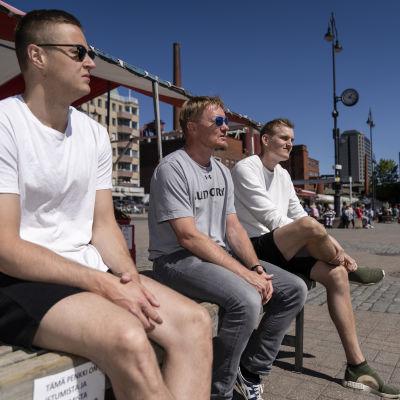 Lentopalloilijat Tommi Siirilä ja Sauli Sinkkonen istuvat Laukontorilla pelaaja agentti nisse Huttusen kanssa KK