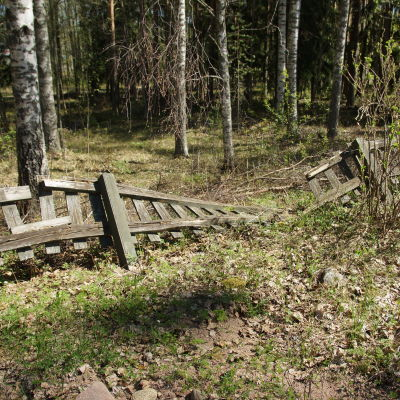 Ett söndrigt staket.