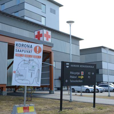 Kajaanin keskussairaalan pihassa oleva ohjekyltti koronarokotuksiin saapuville.