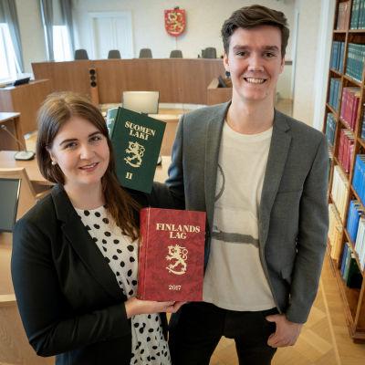 Linnea Viherkenttä ja Sakari Saari Korkeimman oikeuden istuntosalissa