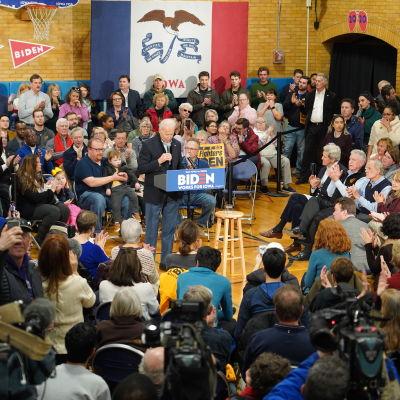 Joe Biden håller kampanjevenemang i Cedar Rapids, Iowa.