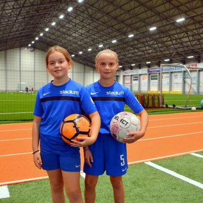 Två fotbollsspelare med sina bollar.