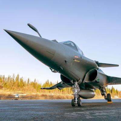 Dassault Rafale-hävittäjä Satakunnan lennoston kentällä.