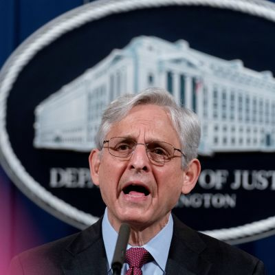 Merrick Garland puhuu mikrofoniin. Hänen takanaan näkyy Yhdysvaltain lippu ja oikeusministeriön logo.