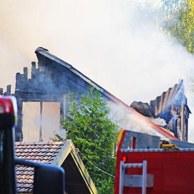 Nedbrunnet hus och brandbilar