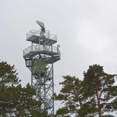 Radaranläggning ovanför trädtoppar.
