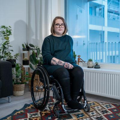 Pyörätuolia käyttävä Anna Giss asunnossaan, Helsinki, 29.9.2020.