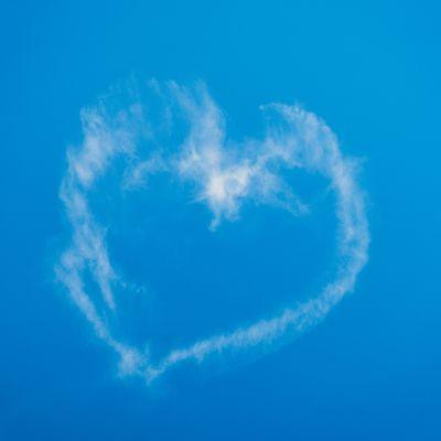 en molnformation som ett hjärta mot blå himmel