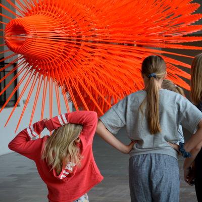 Barn beundrar ett konstverk.
