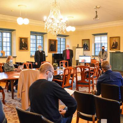 Presstillfället i domkapitelhusets plenisal.