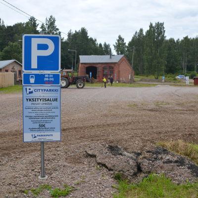 Parkeringsskylt vid lokstallen i Borgå.