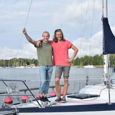 Alfons Grönqvist och Kalle Määttä på en segelbåt