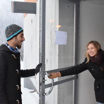Ida Lundell öppnad dörren för Rasim Al Sharkat. Utanför är det vackert vinterväder.