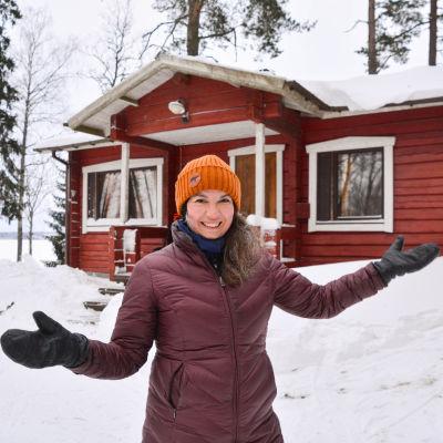 En kvinna famför sitt hus.