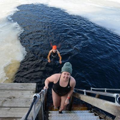 Kajaanin avantouimareiden Annakarin Välimäki nousemassa avannosta. Leila Vähärautio ui vielä avannossa.