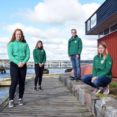 Bild på fyra människor på en brygga med öppet hav i bakgrunden.
