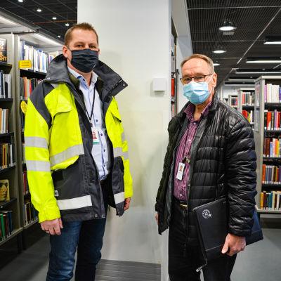 Två män på varsin sida om en sensor, i ett bibliotek.