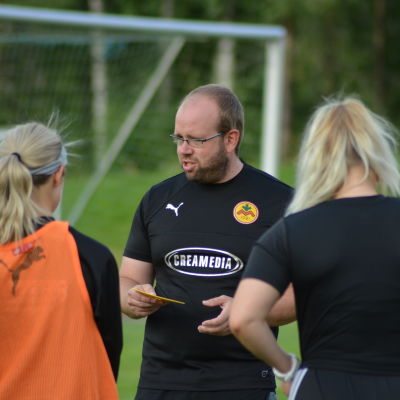 Magnus Slotte leder en träning för IK Myran.