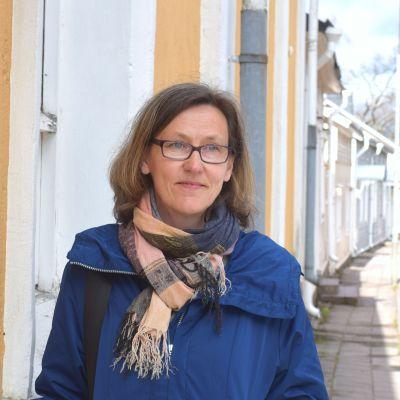 Porträttbild på Petra Aminoff ute på Långgatan i Ekenäs.