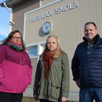 Eva Staffans, Sofia Knuts och Henrik Holm utanför Hirvlax skola.