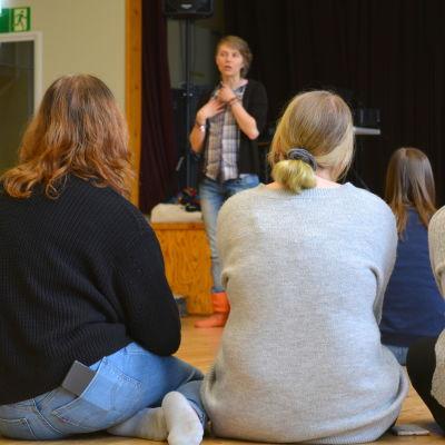 Virve Savoila föreläser i Lovisa gymnasium.