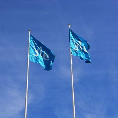 Yle-flaggor vid Yle i Vasa.