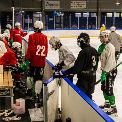 Många spelare på isen.