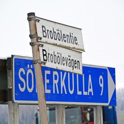 Skyltar med texten Brobölevägen och Söderkulla