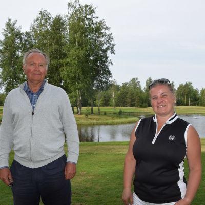 VD Lena Haanpää och tidigare styrelseorförande Harri Bucht vid HanGolf golfbana i Hangö.