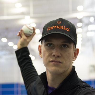 Sotkamon Jymyn Konsta Kurikka esittelee baseball syöttöä.