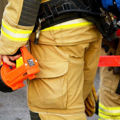 Brandman med utrustning