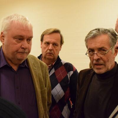 Tomy Wass, Rune Friman och Jan-Erik Enestam diskuterar i en ring.