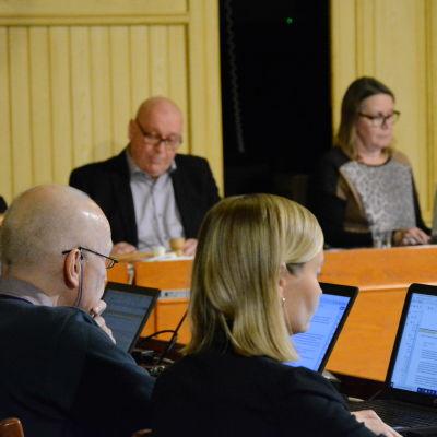 Allvarliga miner i Kasköfullmäktige då beslutet om fusion med Närpes skulle fattas.