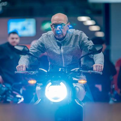 Kjell Karlsson kokeilemassa Honda CB1000R -moottoripyörää messuilla, Messukeskus, Helsinki, 31.1.2020.