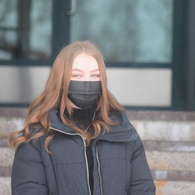 Heljä Saastamoinen Sotkamon lukion portailla.
