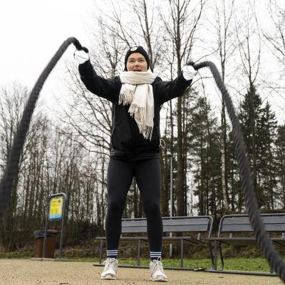 Futsal-pelaaja Siiri Perälä harjoittelee Leppävaaran urheilupuistossa.