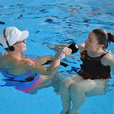 Malin Valtonen intervjuar Julia Salmela i en simbassäng.