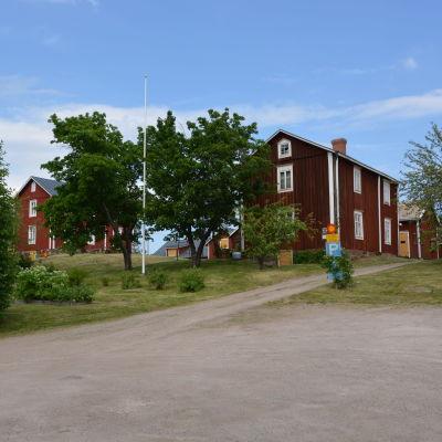 Klemetsgårdarna, gamla röda trähus på en liten kulle.