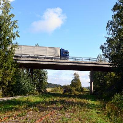Landsvägsbro med långtradare.
