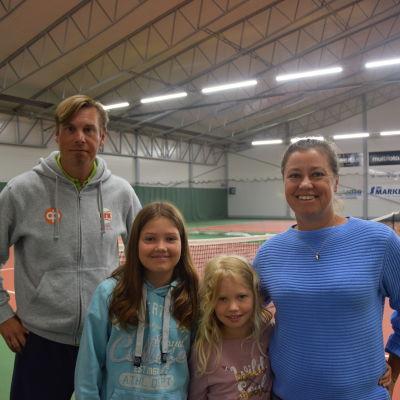 Ekenäs Tennisveckas tävlingsledare Peter Helenius tillsammans med tävlingsdeltagarna Ella Johansson, Iris Ringbom och Malin Ringbom som alla representerar MLK Mariehamn.