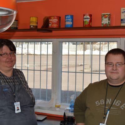 Tina Stellberg och Nico Pousar vid Matkahuolto i Nickby